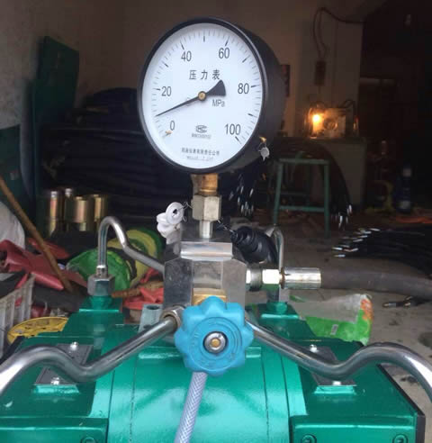 A test machine is testing the working pressure of hydraulic hose.
